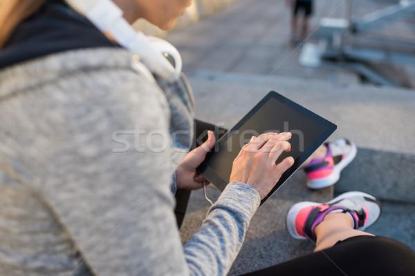 Sportoló digitális tabletta kilátás sport fejhallgató Stock fotó © LightFieldStudios