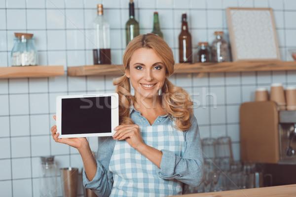 Camarera digital tableta feliz delantal Foto stock © LightFieldStudios