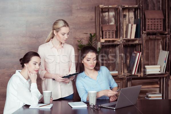 Foto stock: Atraente · empresárias · trabalhando · discutir · escritório · negócio