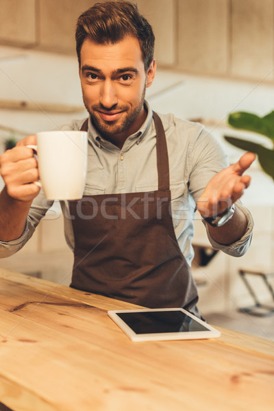 Barista beker koffie selectieve aandacht naar Stockfoto © LightFieldStudios