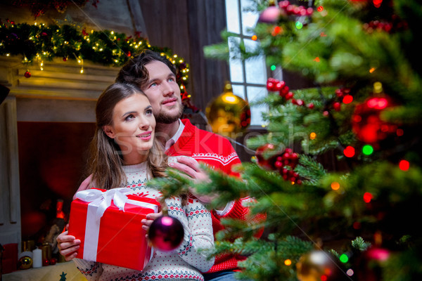 Heureux couple Noël présents séance étage Photo stock © LightFieldStudios