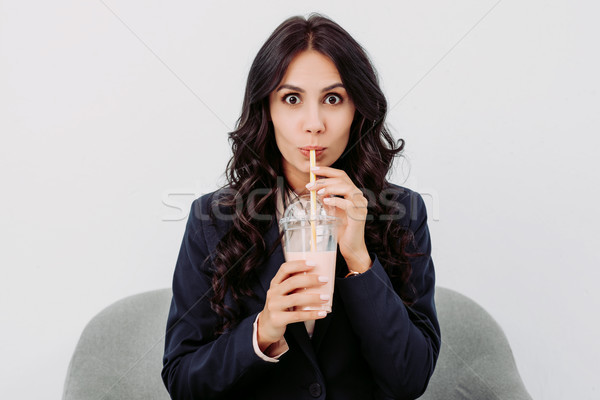 Drinken verwonderd jonge zakenvrouw plastic beker Stockfoto © LightFieldStudios
