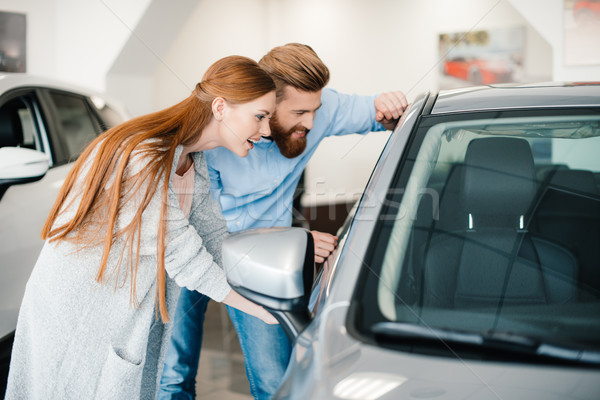 Heureux regarder nouvelle voiture salle d'exposition couple Photo stock © LightFieldStudios