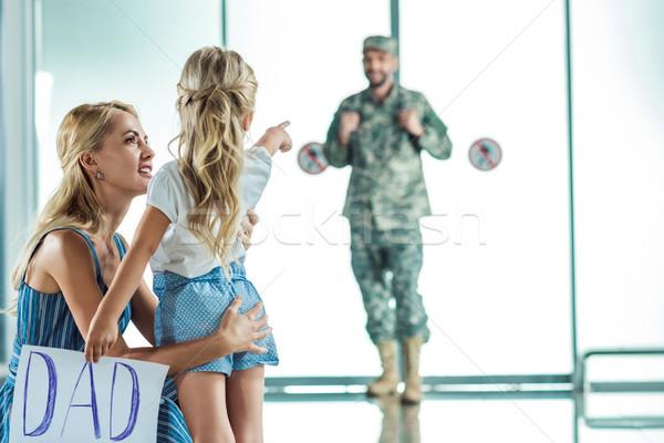 Mutter Tochter Sitzung Vater Flughafen selektiven Fokus Stock foto © LightFieldStudios