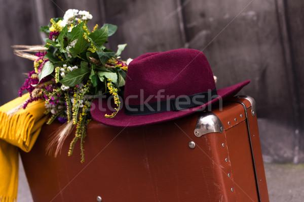 Valise fleurs chapeau vintage bouquet Photo stock © LightFieldStudios