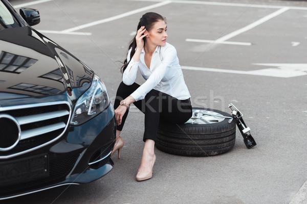 Mulher sessão pneu jovem mulher atraente carro Foto stock © LightFieldStudios