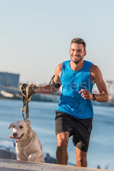 Jogging hond gelukkig stad dag Stockfoto © LightFieldStudios