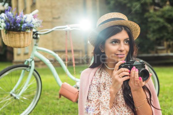 Stijlvol meisje camera park mooie jonge vrouw Stockfoto © LightFieldStudios