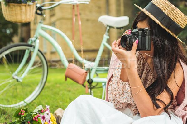 Stijlvol meisje camera park brunette strohoed Stockfoto © LightFieldStudios
