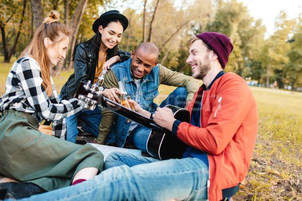 Multiculturele vrienden park groep gelukkig Stockfoto © LightFieldStudios
