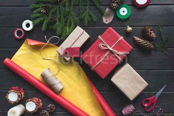 Natal presentes topo ver papel de embrulho mesa de madeira Foto stock © LightFieldStudios