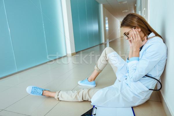 Lekarza posiedzenia szpitala korytarz młodych lab coat Zdjęcia stock © LightFieldStudios