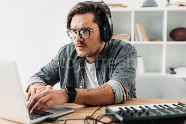 Jovem músico trabalhando laptop concentrado moda Foto stock © LightFieldStudios