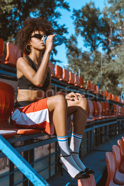 Kadın içme suyu genç oturma Stok fotoğraf © LightFieldStudios
