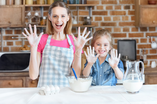 Portret uśmiechnięty matka córka ręce Zdjęcia stock © LightFieldStudios