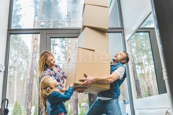 Famille heureuse carton cases ensemble nouvelle maison Photo stock © LightFieldStudios