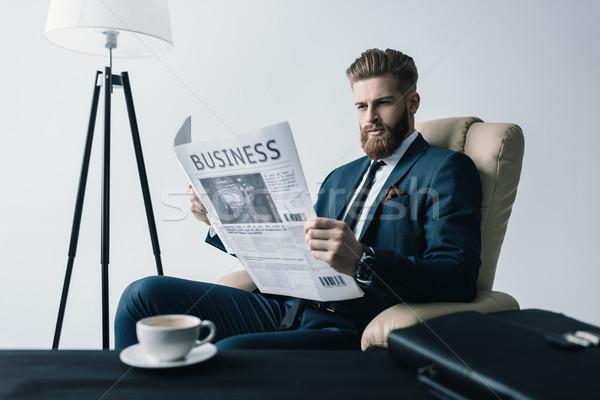 Yandan görünüş konsantre işadamı okuma gazete ofis Stok fotoğraf © LightFieldStudios