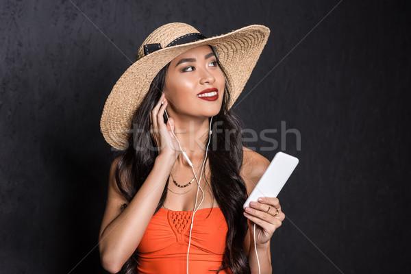Frau Strand Kleidung Musik hören schönen asian Stock foto © LightFieldStudios