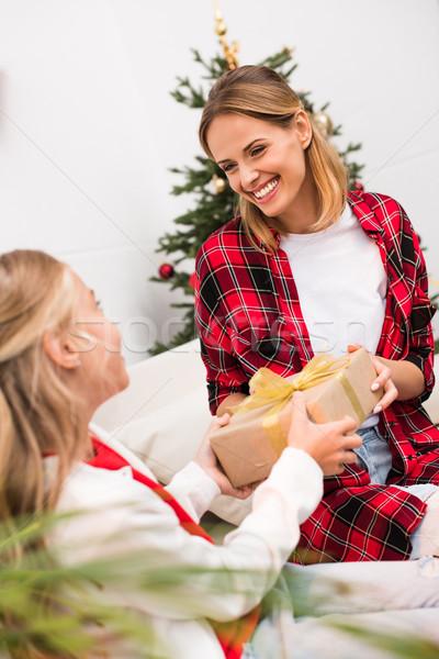 ストックフォト: 母親 · 娘 · クリスマス · 現在 · 愛らしい · 女の子