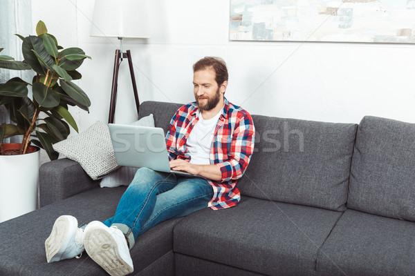 Foto stock: Barbudo · homem · usando · laptop · bonito · sessão · sofá