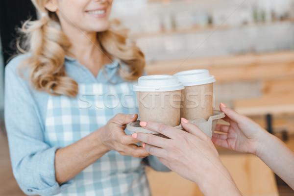 Pincérnő tart eldobható kávéscsészék közelkép kilátás Stock fotó © LightFieldStudios
