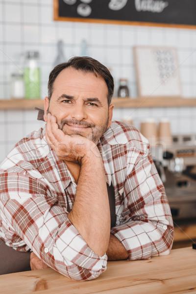 Dojrzały barman Kafejka szczęśliwy patrząc kamery Zdjęcia stock © LightFieldStudios
