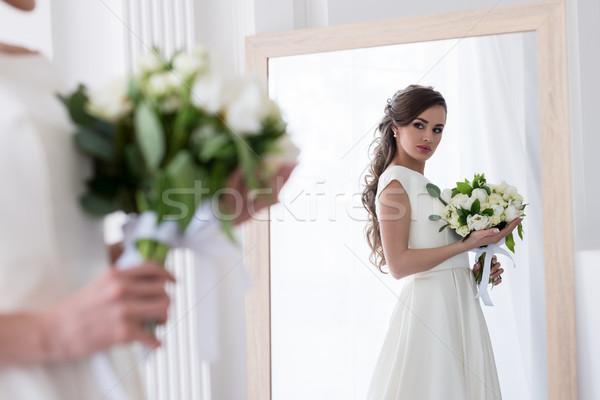 Hermosa novia vestido ramo de la boda mirando reflexión Foto stock © LightFieldStudios