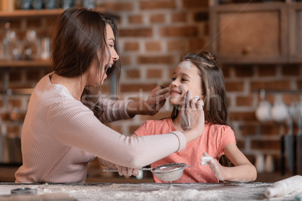Szczęśliwy matka córka mąka kuchnia Zdjęcia stock © LightFieldStudios