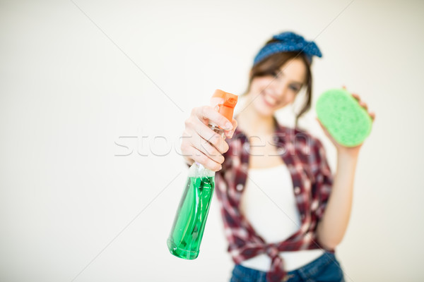 Donna spray bottiglia spugna giovani Foto d'archivio © LightFieldStudios