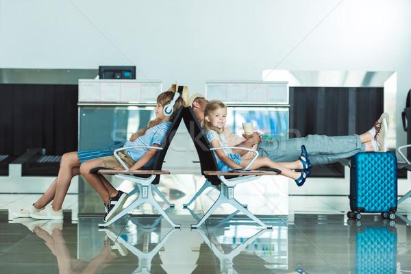 Stok fotoğraf: Aile · havaalanı · yandan · görünüş · bekleme · yatılı · çocuklar