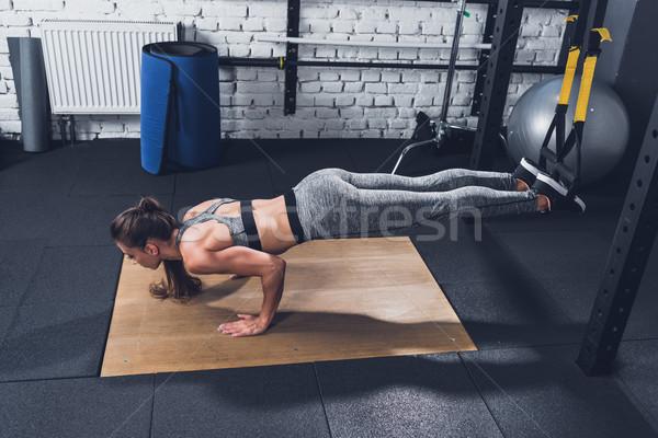 Mulher suspensão treinamento vista lateral ginásio Foto stock © LightFieldStudios
