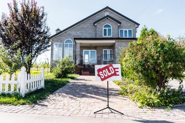 Huis teken uitverkocht mooie permanente Stockfoto © LightFieldStudios