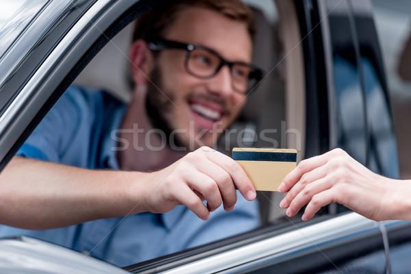 Homme payer carte de crédit mise au point sélective conduite voiture Photo stock © LightFieldStudios