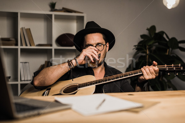 Mislukte muzikant drinken alleen jonge werkplek Stockfoto © LightFieldStudios