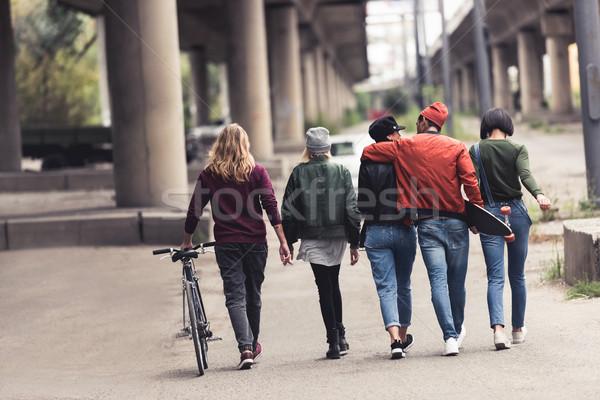 Csoport fiatal elegáns emberek hátulnézet sétál Stock fotó © LightFieldStudios