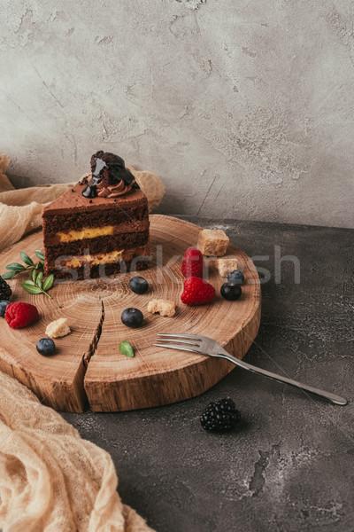 Közelkép kilátás finom csokoládés sütemény bogyók fa deszka Stock fotó © LightFieldStudios