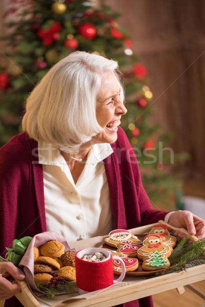 Vrouw dienblad christmas cookies lachend Stockfoto © LightFieldStudios