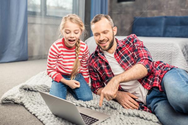 Vader dochter met behulp van laptop jonge opgewonden home Stockfoto © LightFieldStudios