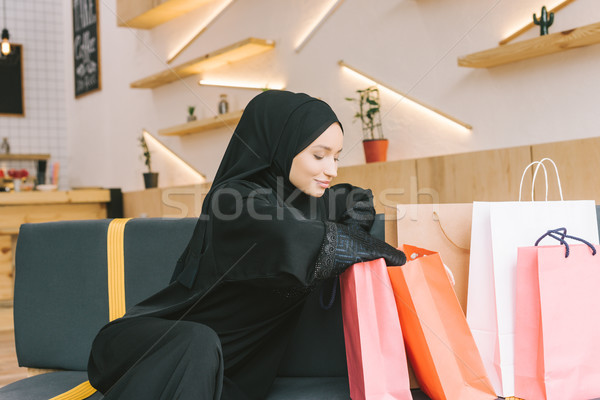 Muçulmano mulher jovem moderno café Foto stock © LightFieldStudios