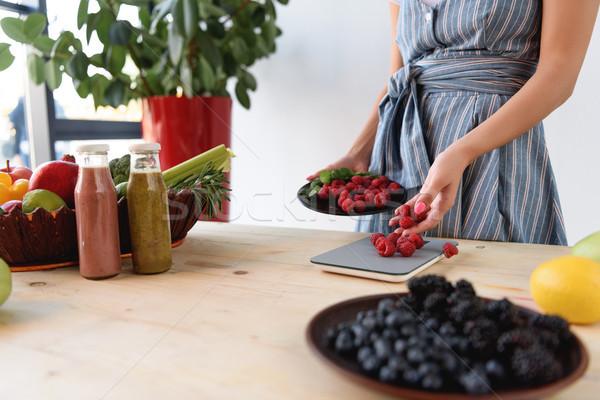 Kobieta maliny shot świeże kuchnia skali Zdjęcia stock © LightFieldStudios