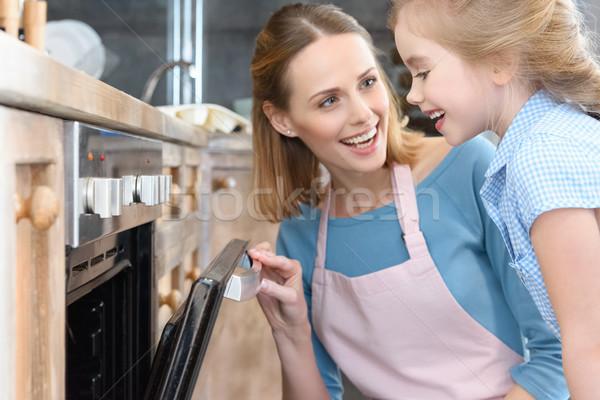 Gelukkig moeder dochter opening oven Stockfoto © LightFieldStudios