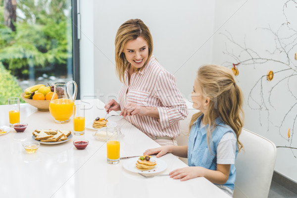 Mosolyog anya lánygyermek reggeli együtt otthon Stock fotó © LightFieldStudios