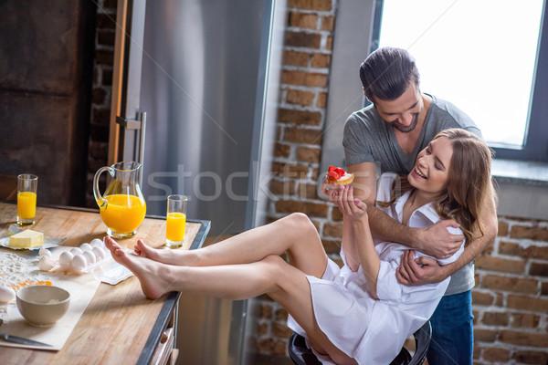Paar jonge glimlachend keuken Stockfoto © LightFieldStudios