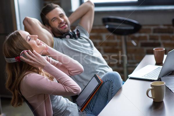 çift rahatlatıcı dizüstü bilgisayar kullanıyorsanız dijital Stok fotoğraf © LightFieldStudios