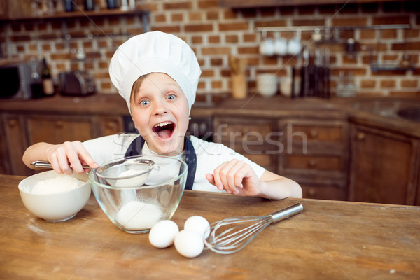 Animado pequeno menino farinha tigela Foto stock © LightFieldStudios