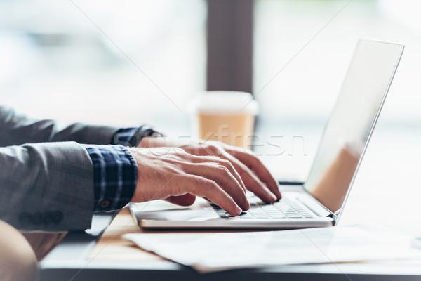 Foto d'archivio: Persona · utilizzando · il · computer · portatile · primo · piano · view · uomo · digitando