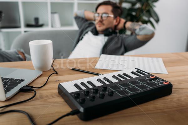 Muzikant ontspannen moderne kantoor jonge knap Stockfoto © LightFieldStudios