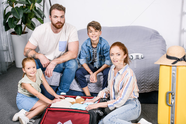 Bagages belle famille heureuse voyage chambre Photo stock © LightFieldStudios