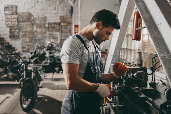 Giovani bello lavoro riparazione shop moto Foto d'archivio © LightFieldStudios