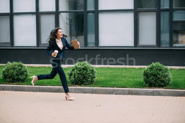 Mujer de negocios ejecutando trabajo jóvenes sonriendo café Foto stock © LightFieldStudios